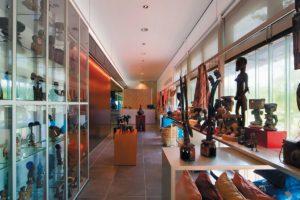 Entree, winkel en auditorium Afrika Museum in Berg en Dal door Scholten & Baijings