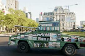Design van de Week: Rijdende bibliotheek in tot tank omgebouwde Ford