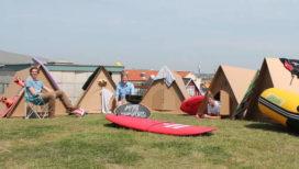 Kartonnen tent voor festivalgangers