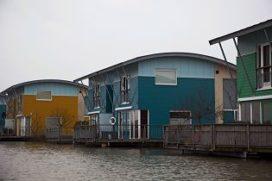 Hoogwater Maas doet amfibische woningen drijven