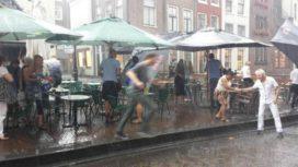 Terp, kuil en groen tegen regen