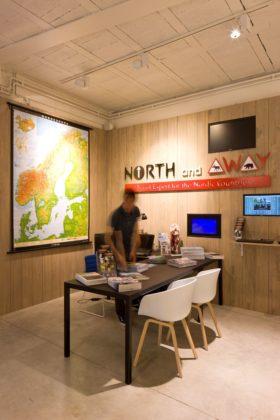 Winkel moose in the city in antwerpen 15 280x420