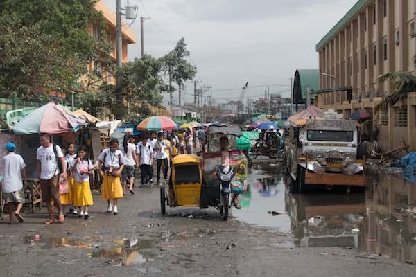 Dagelijkse kakafonie aan de rand van de Baseco Compound, een sloppenwijk in Manila (Foto: Catherine Koekoek)