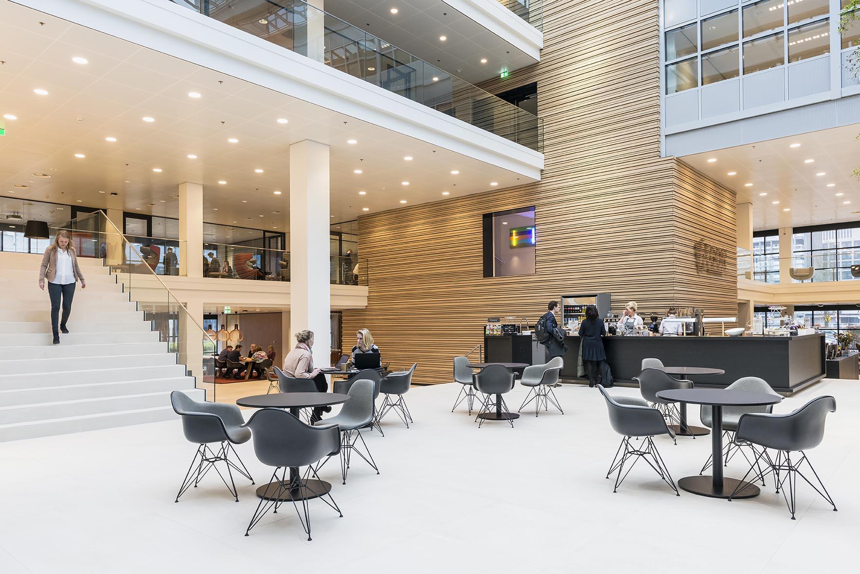 Interieur kantoor aegon leeuwarden oth de architect for Interieur bedrijven