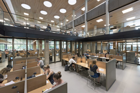 Interieur erasmus universiteit bib rotterdam. fotograaf roos aldershoff 1 560x374