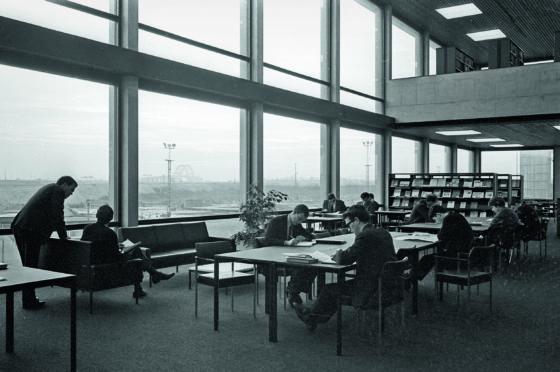 Interieur erasmus universiteit bib rotterdam. fotograaf roos aldershoff 4 560x372