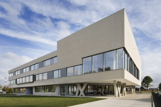 03 bekkering adams architects schoolcampus peer scagliolabrakkee exterieur agnetencollege 560x373