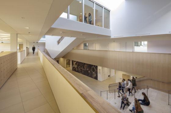 04 bekkering adams architects schoolcampus peer scagliolabrakkee centrale hal agnetencollege 560x373