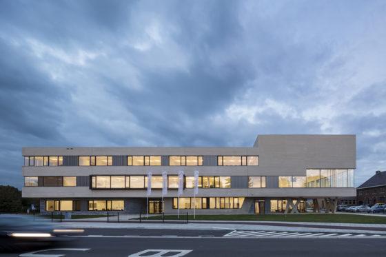 05 bekkering adams architects schoolcampus peer scagliolabrakkee exterieur agnetencollege 560x373