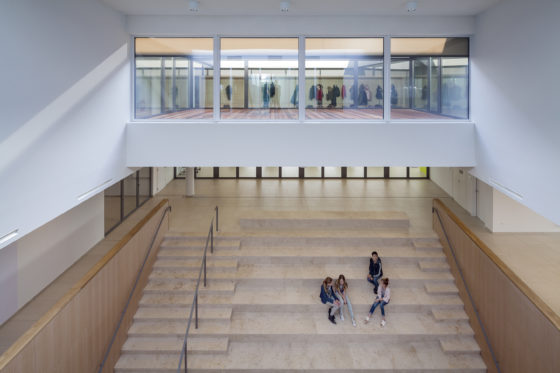 08 bekkering adams architects schoolcampus peer scagliolabrakkee patio centrale hal agnetencollege 560x373