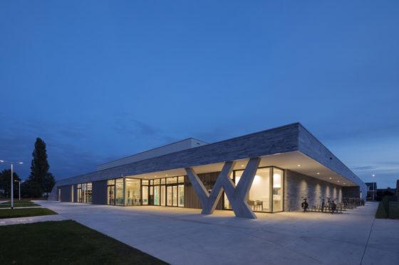09 bekkering adams architects schoolcampus peer scagliolabrakkee exterieur sportcomplex 560x373