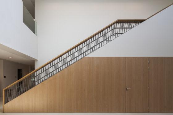 13 bekkering adams architects schoolcampus peer scagliolabrakkee hoofdtrap basisschool de magneet 560x374