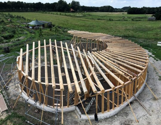 Ruwe boomstammen bouwfase 540x420