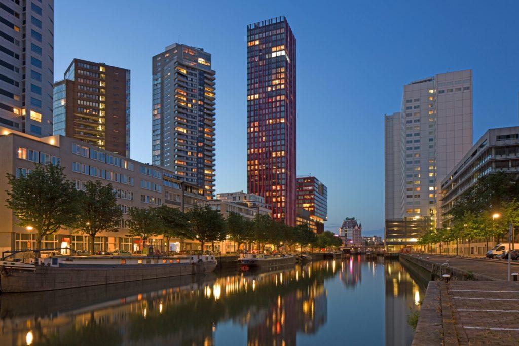 Wijnhaveneiland ligt tussen de Rotterdamse binnenstad en de Maas en wordt vanaf 1996 getransformeerd tot een levendig stadsdeel op basis van een dynamisch model dat hoogbouw toestaat op basis van de perceelgrootte. Bebouwingsregels zorgen voor een evenwicht tussen nieuwe en bestaande bebouwing, uitzicht en bezonning. Beeld Ossip van Duivenbode