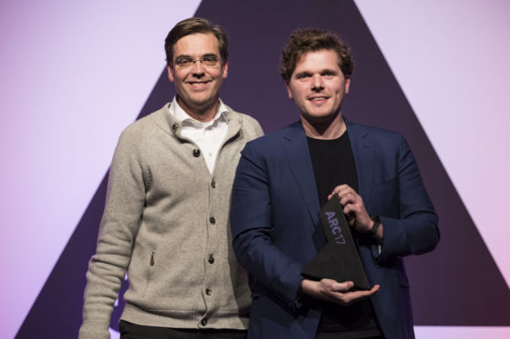 Links Diederik Fokkema (juryvoorzitter ARC17 Meubel Award), rechts Arne Lijbers van Mecanoo krijgt de prijs voor de HUBB. Foto: Elvins Fotografie