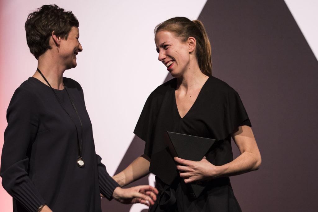 Mijke Rood (links) overhandigt de ARC17 Detail Award aan Marieke Kums. Foto: Elvins Fotografie