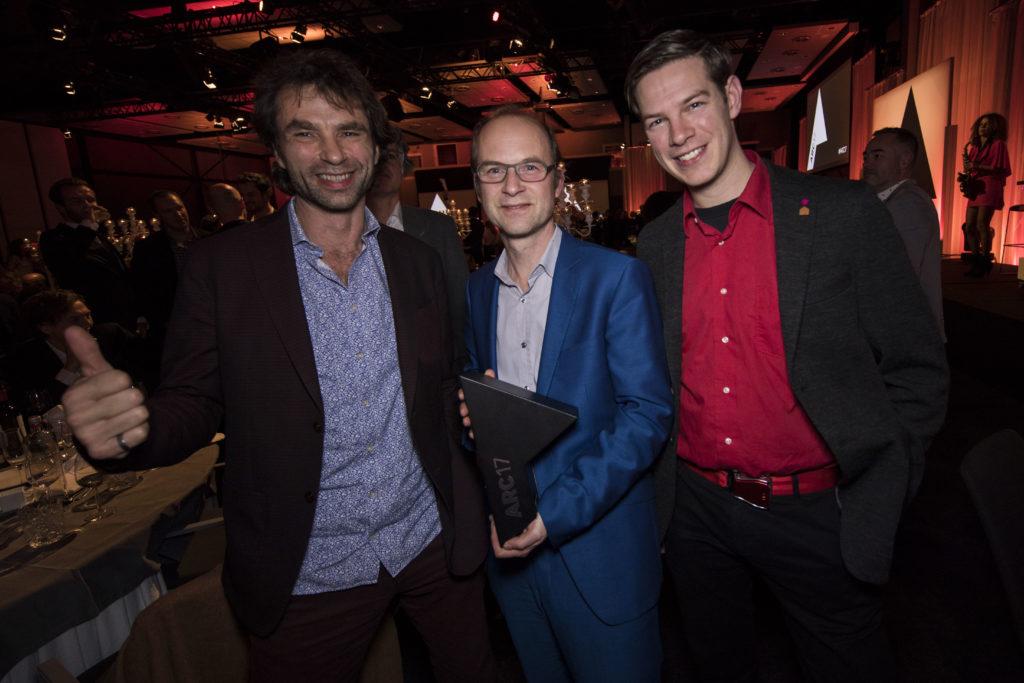 Van links naar rechts Césare Peeren, Jan Jongert en Jos de Krieger. Superuse Studios is voor Blue City onderscheiden met de ARC17 Innovatie Award. Foto Elvins Fotografie