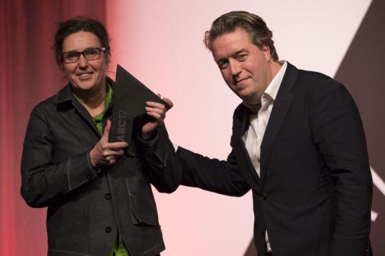 Ellen van Loon OMA ontvangt uit handen van Nanne de Ru (juryvoorzitter ARC17 Architectuur Award) de prijs voor Rijnstraat 8 in Den Haag. Foto Elvins Fotografie