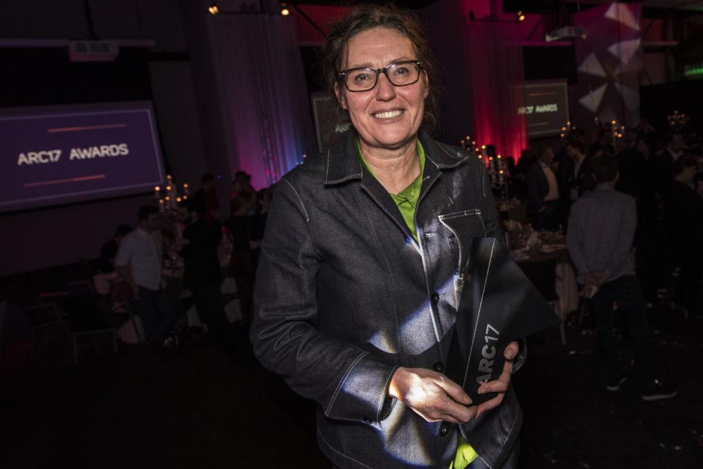 Ellen van Loon ontvangt de ARC17 Architectuur Award. Foto: Elvins Fotografie