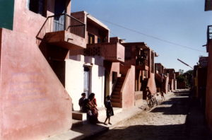Aranya Community Housing (1989) in Indore door Balkrishna Doshi, winnaar Pritzker Prize 2018, beeld VSF