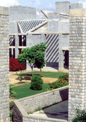 Indian Institute of Management (1983) in Bangalore door Balkrishna Doshi, winnaar Pritzker Prize 2018, beeld VSF