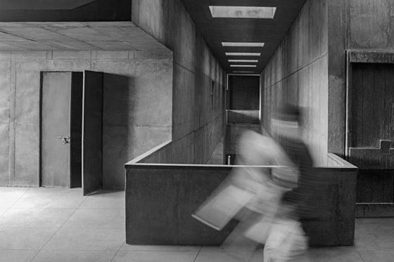 Premabhai Hall (1976) in Ahmedabad door Balkrishna Doshi, winnaar Pritzker Prize 2018, beeld VSF
